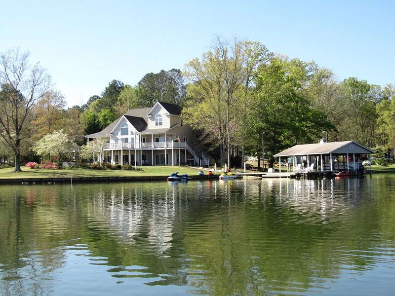 Spectacular 5 Bedroom Lake Gaston Home on Large Sheltered Cove, vacation rental in Gaston