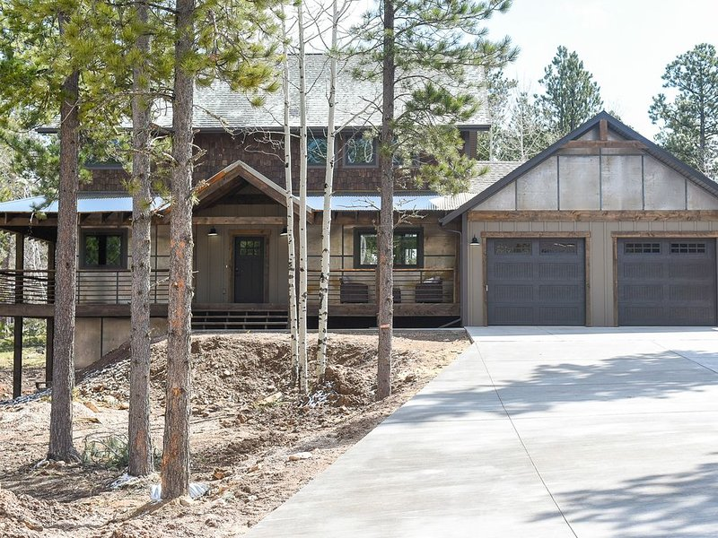 Amazing New Cabin  - Large Theatre Room w/ Hot Tub 3200 sq. ft. w/ Clubhouse, holiday rental in Lead