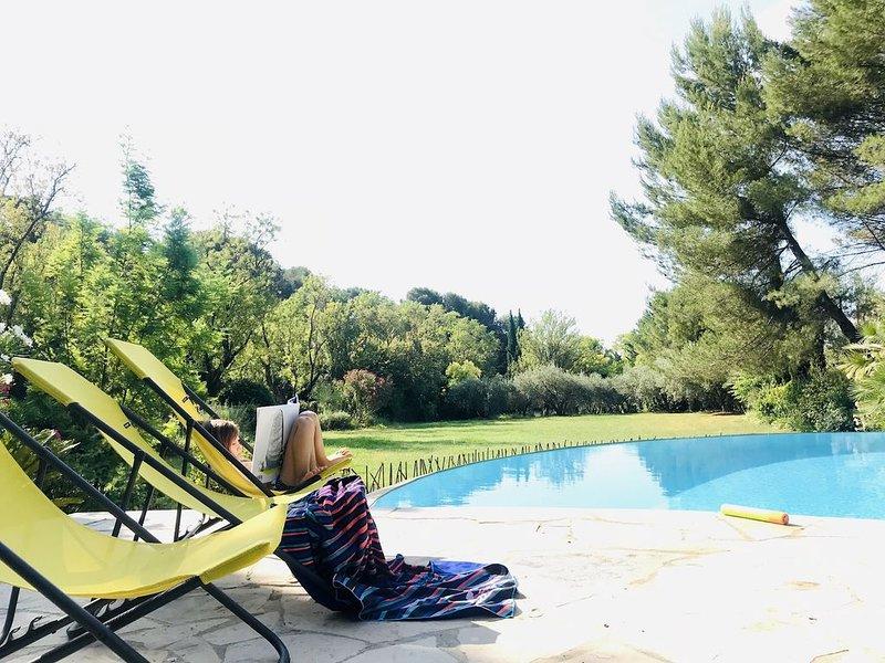 Villa dans domaine privé 1 ha - 6p - Piscine à débordement, holiday rental in Castelnau-le-Lez