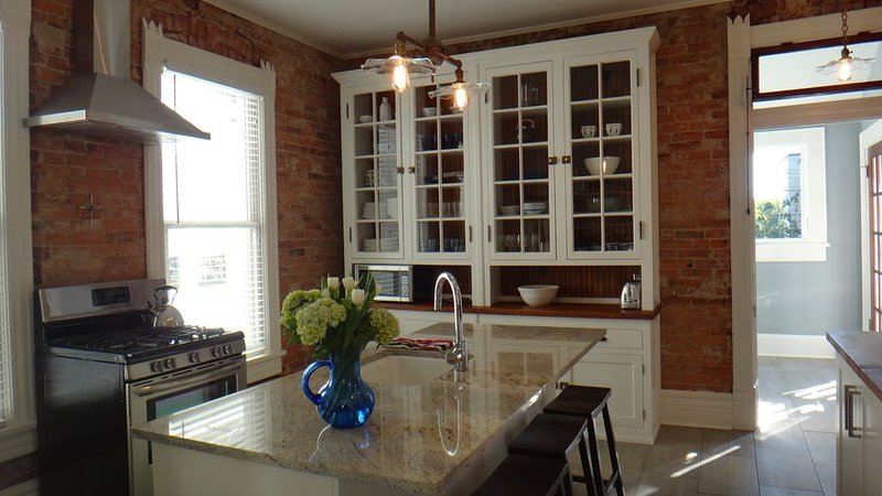 BEST DOWNTOWN LOCATION Beautiful Newly Restored Victorian COMFORT AND STYLE, holiday rental in East Ridge