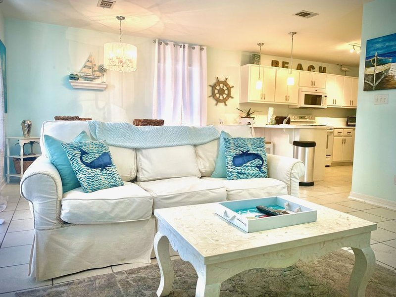 Beachy chic, dog friendly 1st floor condo just steps to beaches & restaurants!!! – semesterbostad i Santa Rosa Beach