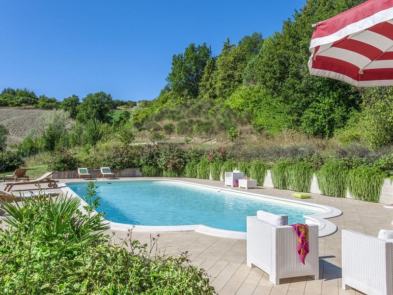 Plush Holiday Home in Belforte all'Isauro with Swimming Pool, vacation rental in Piandimeleto