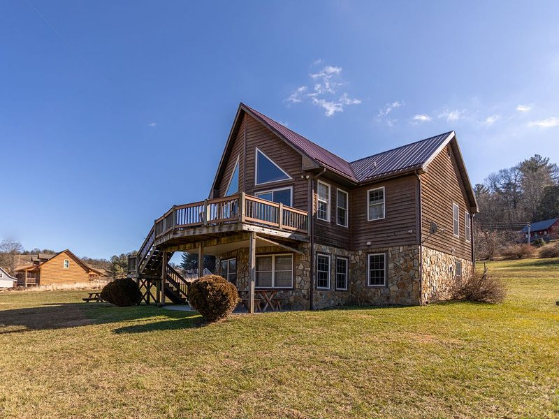 River House at Meadow Landing - Awesome Riverfront Cabin on the New River in Tod, holiday rental in Fleetwood