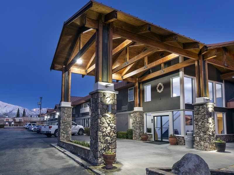 Boutique Hotel Retreat Two Queen Beds, holiday rental in Inyo County