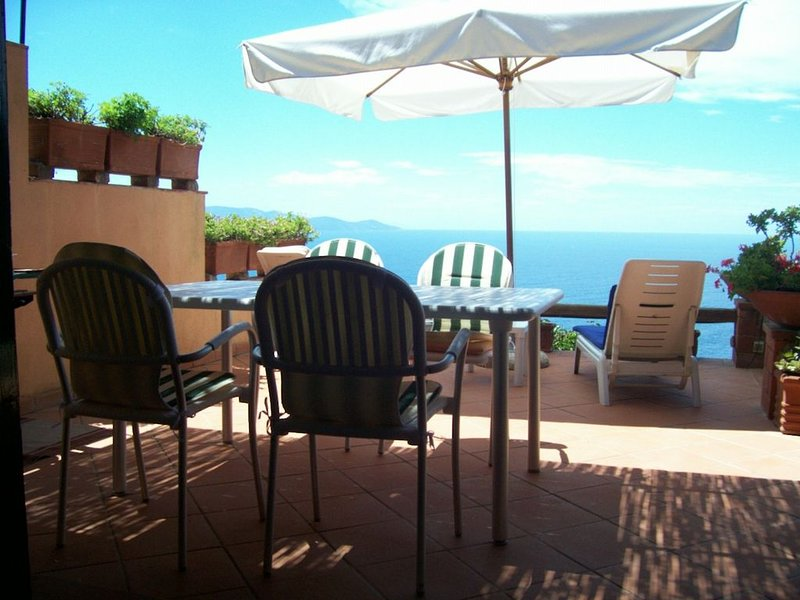 House seaview terrace, pool, solarium, priv beach inclusive ideal for 4 all incl, location de vacances à Isola Del Giglio