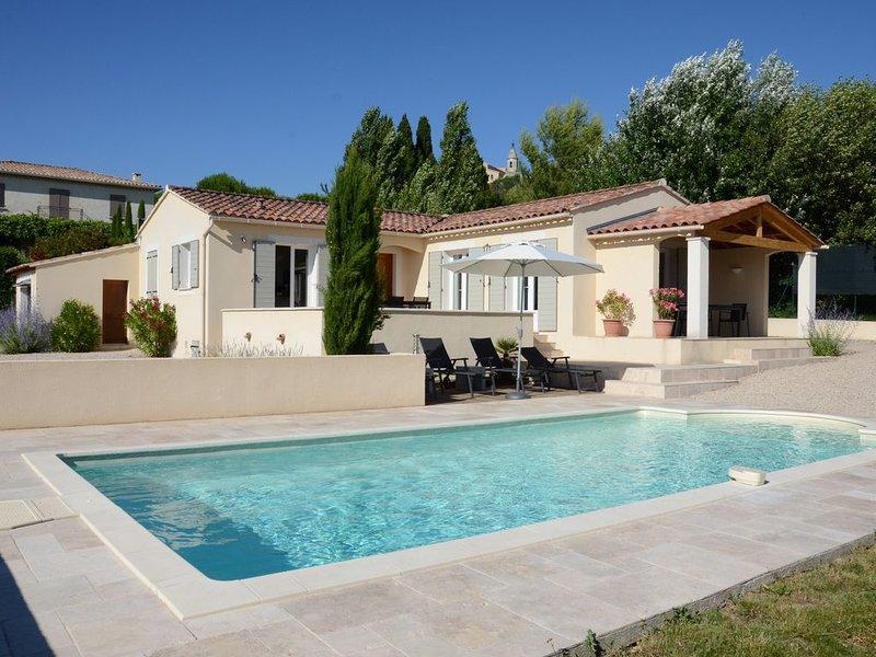 ****maison de plein pied moderne et climatisée, avec piscine + jardin privatifs, holiday rental in Modene