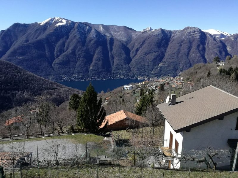 A wonderful view at Lake Como, with peace and quiet, holiday rental in Veleso