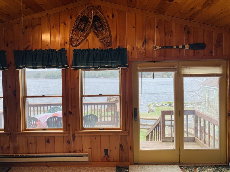 Waterfront Camp with Boathouse - Wifi, kayaks, canoe and sandy bottom out front. – semesterbostad i Thendara
