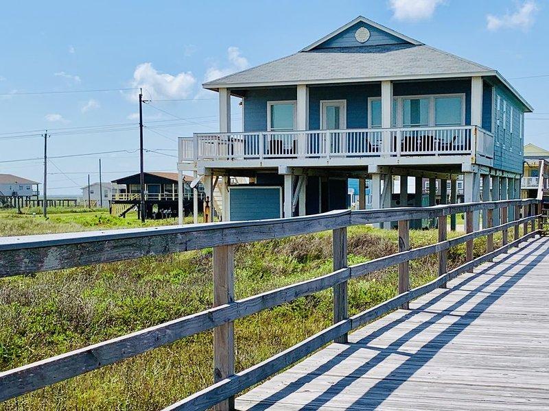 The YOLO House!  Beach Front - Private Walkway - Sleeps 12!, alquiler de vacaciones en Freeport