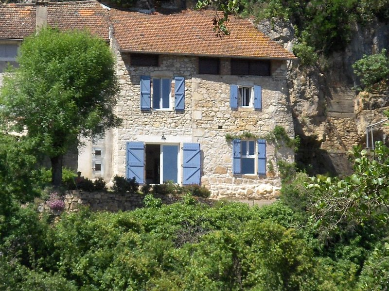 Belle maison quercynoise indépendante face à la plage de Saint Cirq Lapopie, holiday rental in Blars