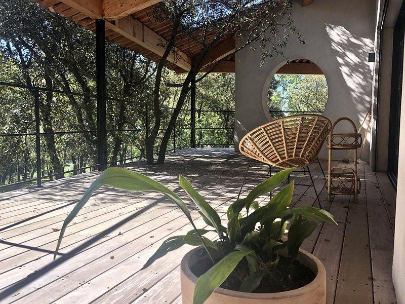 Maison d'architecte, vivre dedans-dehors sur grand terrain boisé, Ardèche du Sud, holiday rental in Barjac