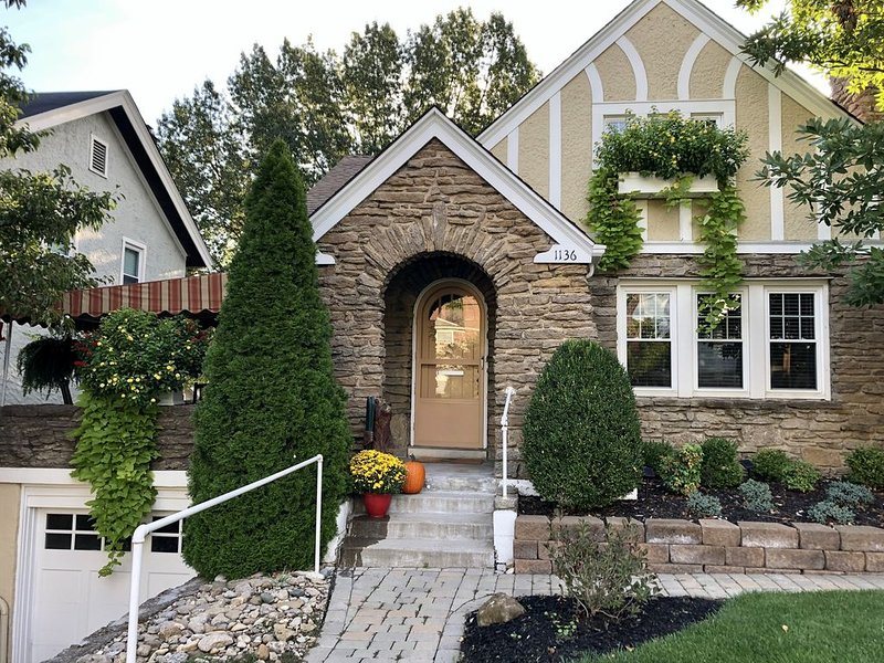 Premier Hyde Park home with great front porch and back deck., vacation rental in Cincinnati
