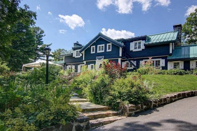 Manoir Viking: Waterfront Estate, vacation rental in Sainte-Anne-des-Lacs