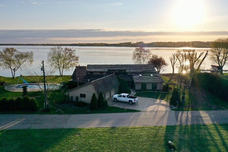 Gorgeous waterfront home on Cannon Lake, vacation rental in Elysian
