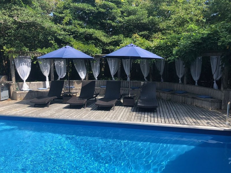 Breathtaking secluded resort property one block from ocean, location de vacances à East Patchogue