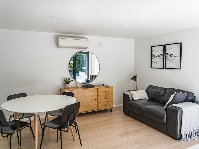 Creekside Apartment Central Wanaka, short walk to lake & town. Newly renovated, holiday rental in Queensberry