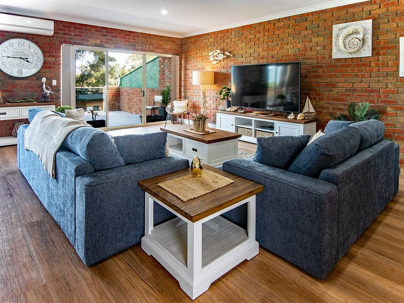 HIGH TIDE Luxurious Apartment. Located in the main street of Mallacoota., vacation rental in Mallacoota