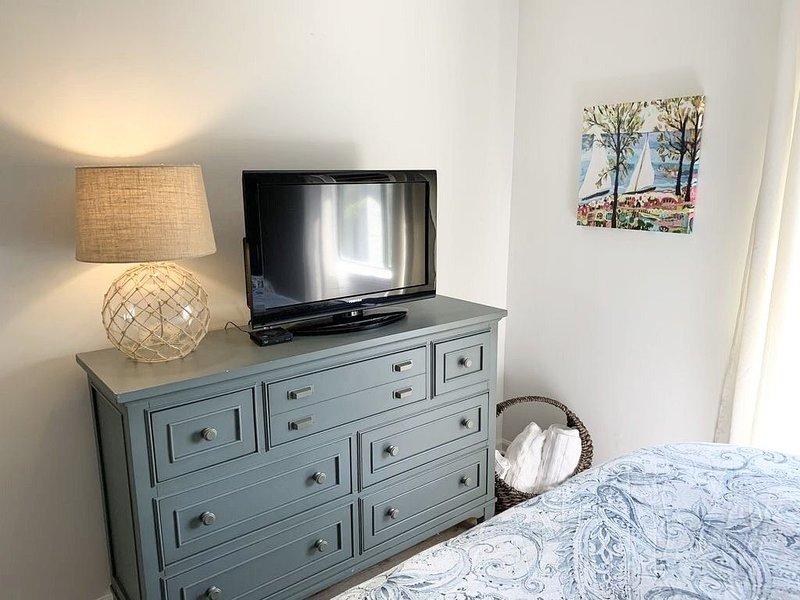 King Bedroom Suite Condo - Walking Distance to Beach!!! Linens/Towels included!!, location de vacances à Île d'Émeraude