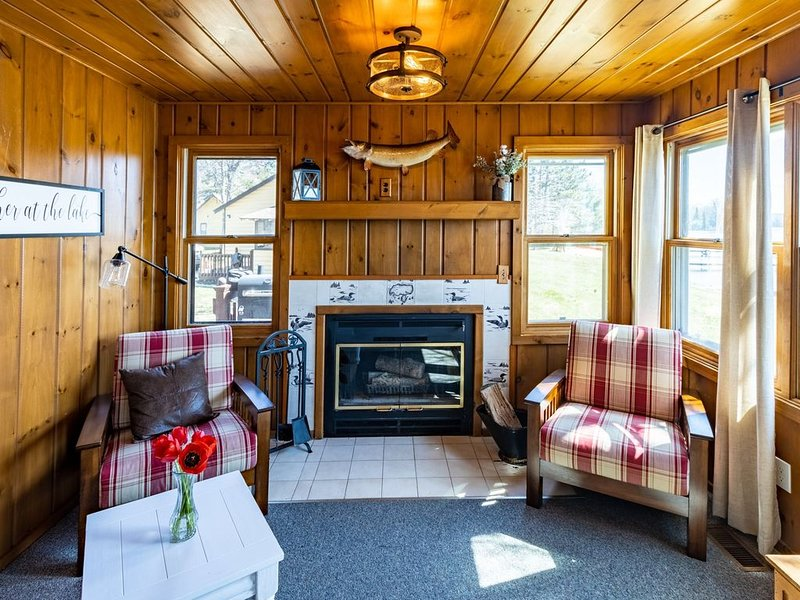 Adorable Big St. Germain Lake Cabin On Snowmobile Trail!, holiday rental in Star Lake