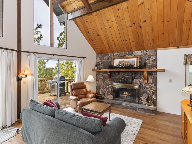 This light and bright cabin will capture your heart and relax your mind!, holiday rental in Victorville