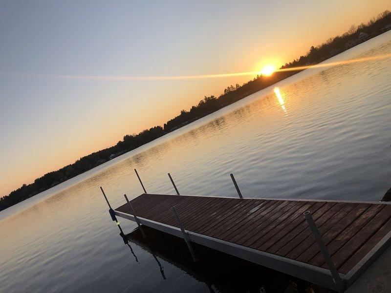 Enjoy breathtaking panoramic views of Wixom Lake providing 4 seasons of fun!, aluguéis de temporada em Barry County