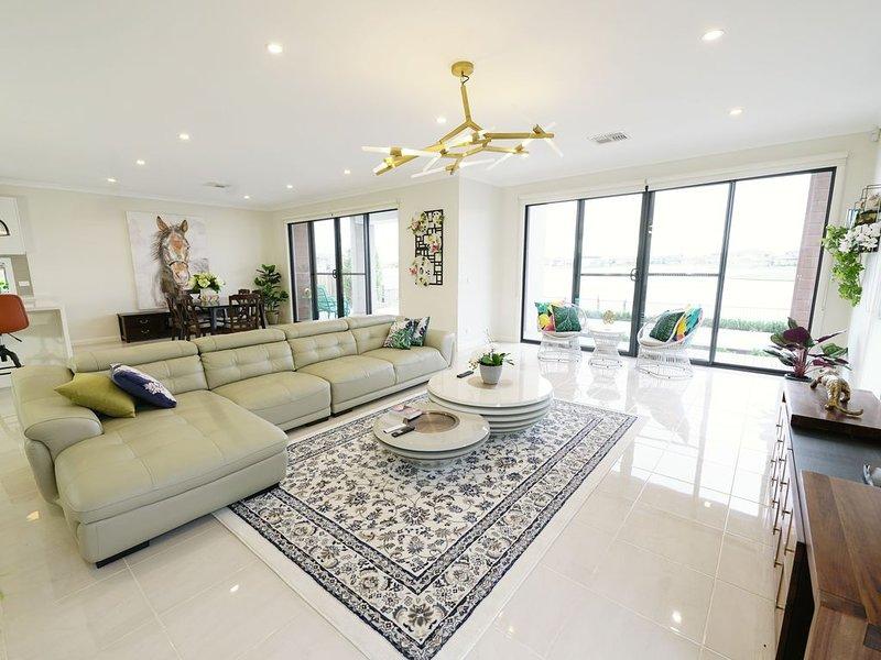 Waterfront grand villa — 245 Sanctuary Lakes South Blvd, location de vacances à Hobsons Bay