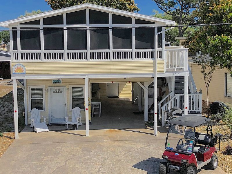Beach House w/ In-law Suite. 2 Kitchens! Dog OK! Golf Cart! Linens, WIFI & More!, location de vacances à Surfside Beach