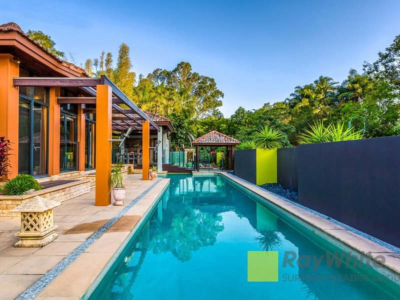 Luxury Balinese Resort Home  500m to Cove village, gas heated spa, alquiler vacacional en Helensvale