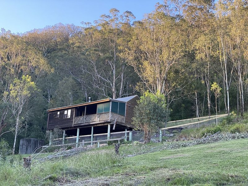 Bluegum Cottage - Private jacuzzi , very private bush views., holiday rental in Morpeth