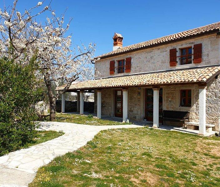 Istrisches Steinhaus mit Kamin und Garten, nur 2 km vom Meer entfernt, holiday rental in Rakalj