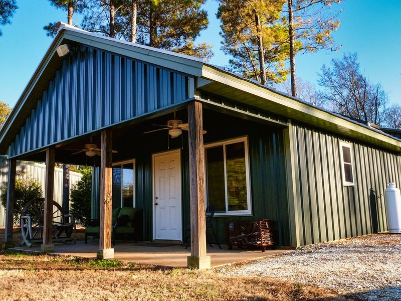 Farm Cabin located on 430 acres with private lake, holiday rental in Springville