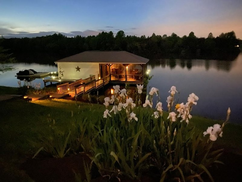Over 400 feet of waterfront on the public side of Lake Anna, holiday rental in Mineral