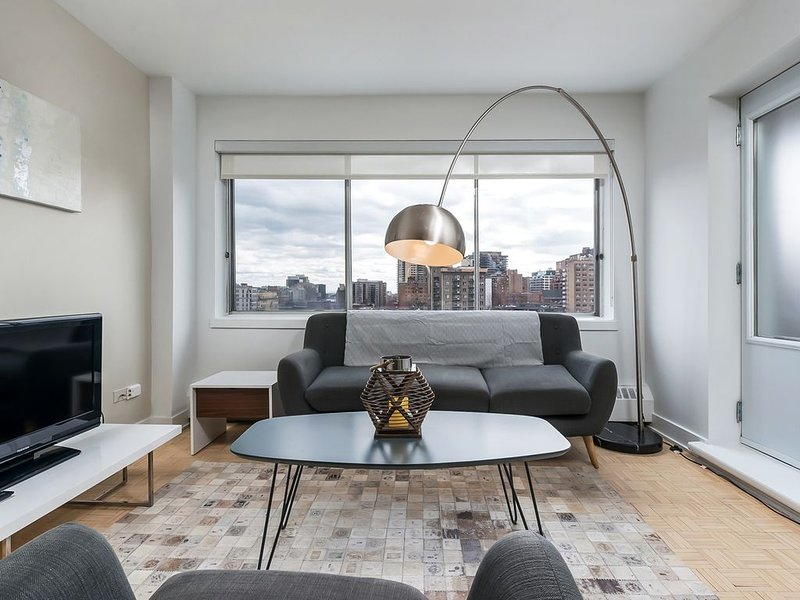 1216 - Downtown 2 Beds, Parking & Pool, vacation rental in Montreal