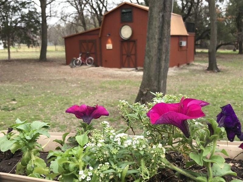 Barndominium nestled in the woods, location de vacances à Springtown