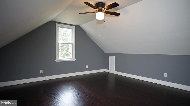 Vaulted, sunny bedroom in DC suburb w/ bonus room, vacation rental in Cheltenham