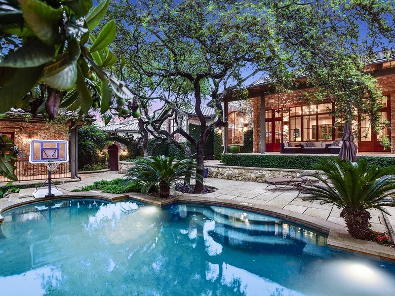 PRIVATE RESORT!  5 bed/6 bath. Pool, Media Room, Multiple Living Rooms. Casita., alquiler de vacaciones en Austin