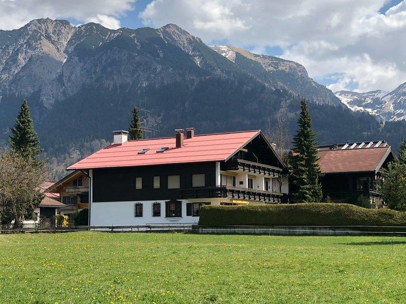 ***Oberstdorf: Ruhige, zentral gelegene Ferienwohnung mit Sonnen-Terrasse, aluguéis de temporada em Riezlern