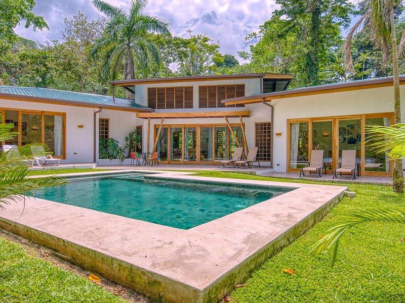 Stylish tropical villa with private pool, alquiler de vacaciones en Punta Uva