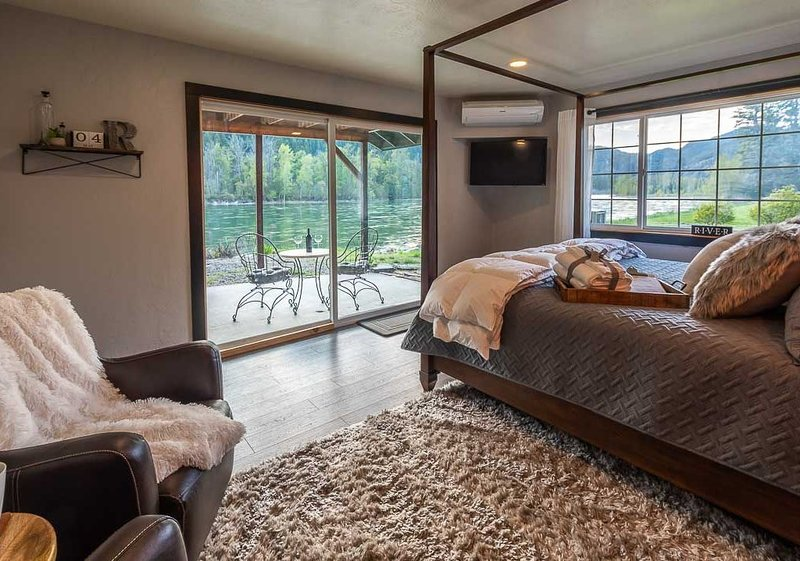 Steps away from the beautiful Kootenai River; Timber River Guest House., location de vacances à Libby