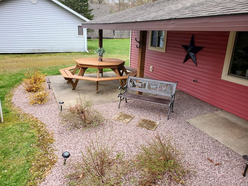Cottage located on the ATV trails and a short walk to the Lake!, vacation rental in Alma Center