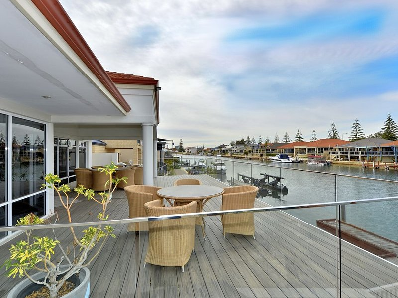 Enjoy the Luxury Canal Lifestyle !, vacation rental in South Yunderup