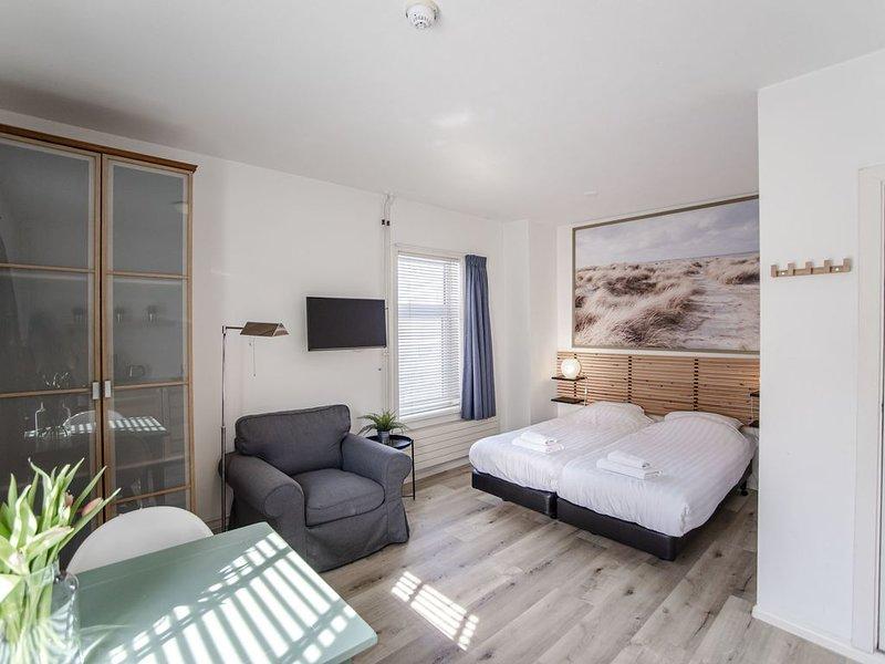 Brederode 2 - Bright beach studio, vakantiewoning in Zandvoort