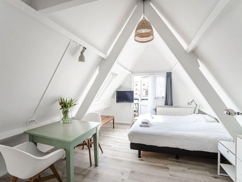 Brederode 4 - Cosy attic studio with balcony, vakantiewoning in Zandvoort