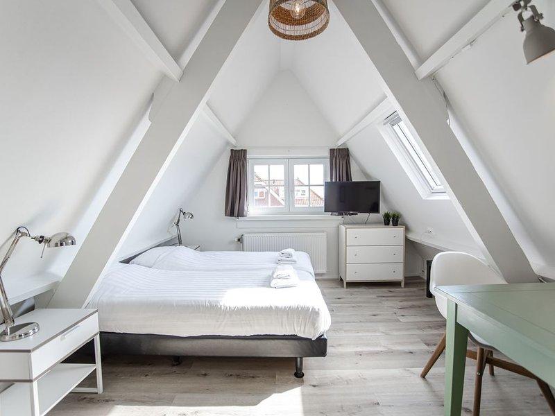 Brederode 3 - Romantic Attic Studio, vakantiewoning in Zandvoort