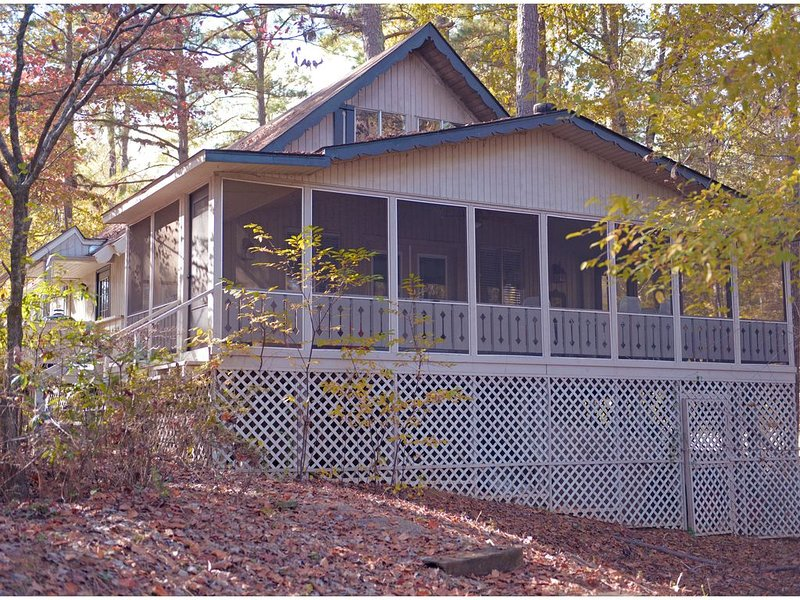 Lake Front Chalet with Screened in Porch!, aluguéis de temporada em Pine Mountain Valley