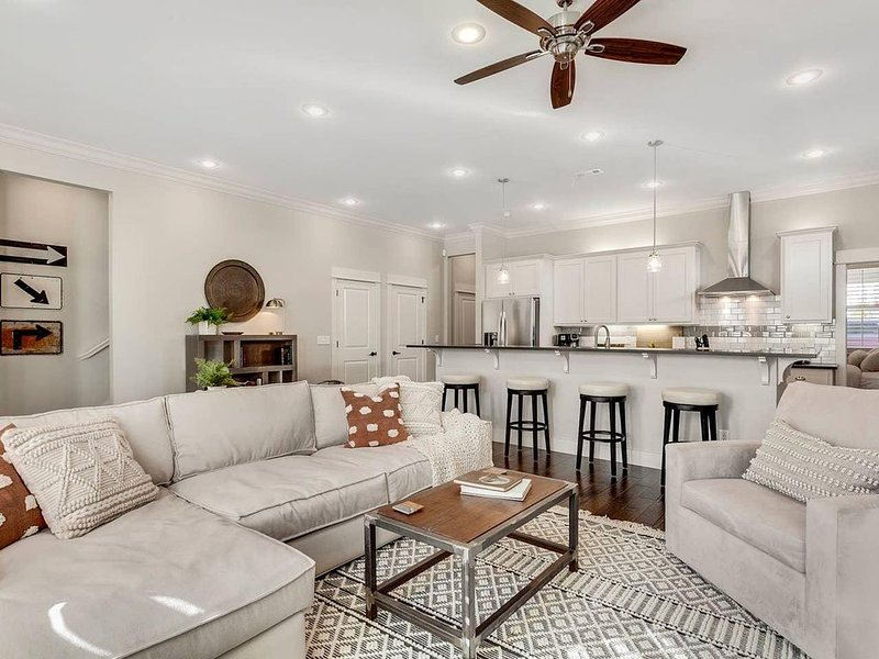 Harribo Townhome - DTWN Fay, vakantiewoning in Fayetteville