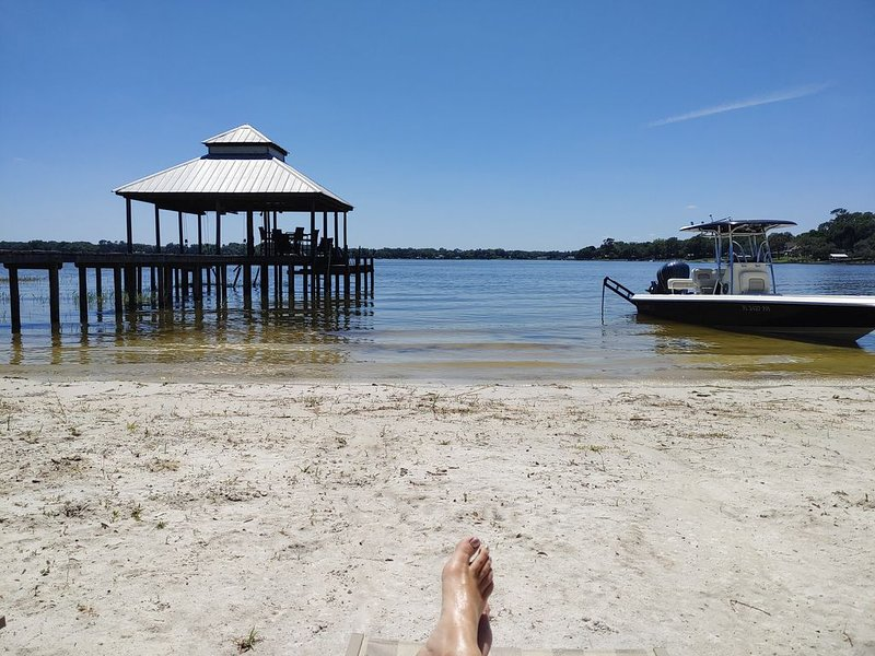 Luxurious Lake House, White Sandy Beach on Little Lake Weir Cozy & Tranquil, casa vacanza a Belleview