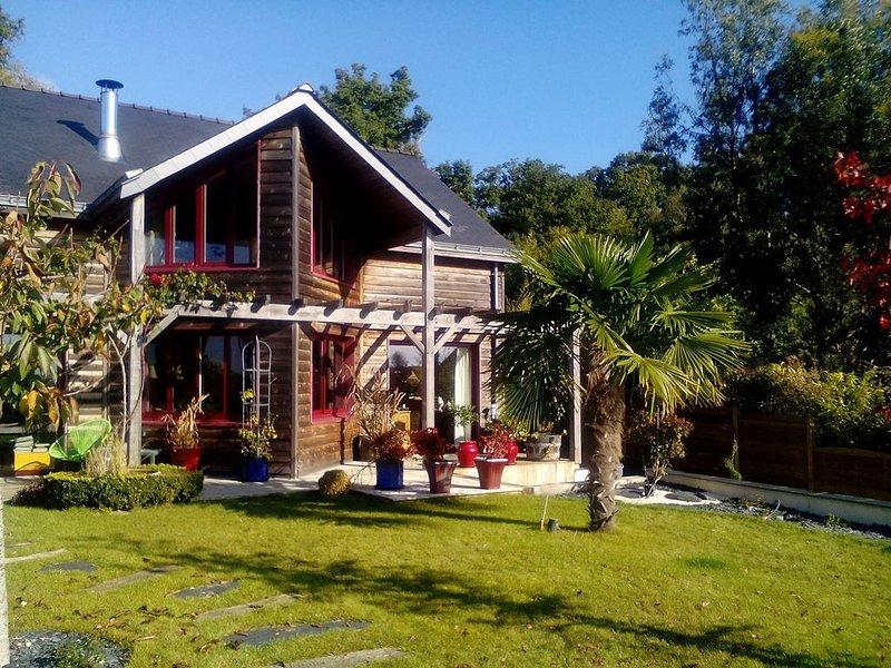 Bel appartement indépendant dans maison d'architecte avec piscine, spa, jardin, holiday rental in Durtal