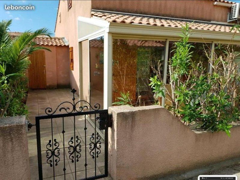 Maison dans résidence avec piscine, holiday rental in Gruissan