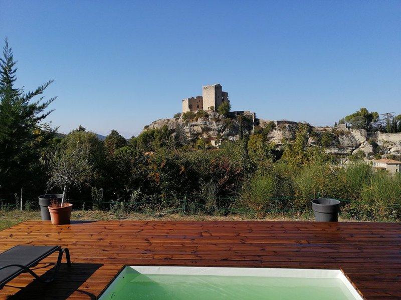 Maison grand jardin piscine vue exceptionnelle et 400m du centre ville, holiday rental in Crestet